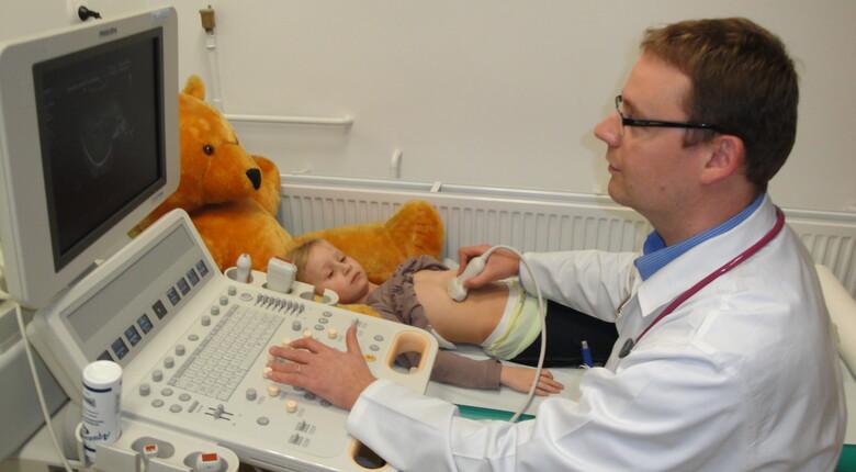 Ordynator Oddziału Pediatrycznego w czasie badania echokardiograficznego